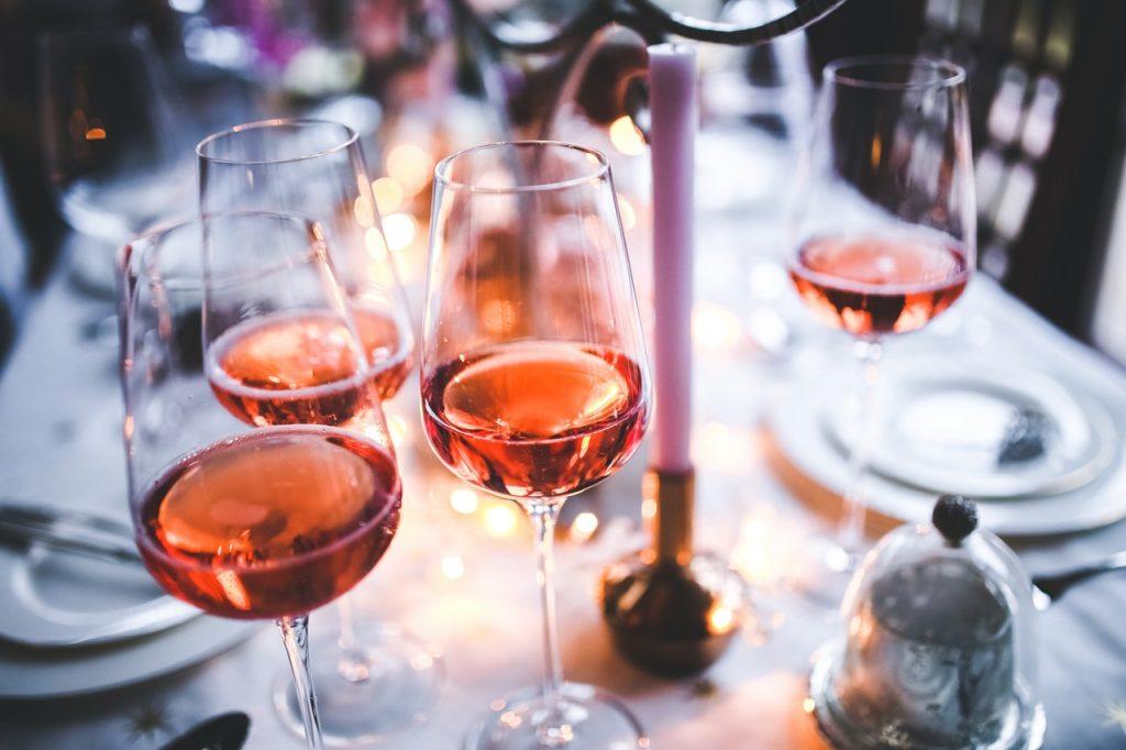 Weingläser und Wein